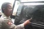 Polisi Polsek Wonogiri menunjukkan lubang di kaca mobil, Rabu (15/10/2014). Lubang tersebut diduga akibat tembakan sebuah peluru airsoft guns jenis FN saat mobil itu diparkir di Pasar Wonogiri. (Trianto Hery S./JIBI/Solopos)