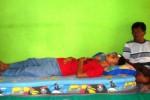 Bagus terbaring lemah di rumah pamannya di Dusun Jatisari, Playen Gunungkidul setelah mendapatkan dua jahitan di keningnya, Senin (20/10/2014). (David Kurniawan/JIBI/Harian Jogja)