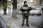Gerilyawan pro Rusia berjaga-jaga di jalan di Donetsk, Ukraina Timur, JUmat (24/10/2014). (JIBI/Solopos/Reuters)