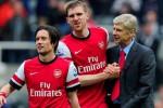 Pelatih Arsenal Arsene Wenger memberi instruksi kepada dua orang pemainnya. Ist/belfastelegraph.co.u