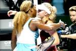 Petenis Amerika Serena Williams berpelukan dengan petenis Denmar Caroline Wozniacki seusai bertanding pada turnamen tenis WTA Finals. JIBI/Reuters/Edgar Su