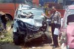 Kanitlaka Satlantas Polres Boyolali, Aiptu Widodo, menunjukan kendaraan yang rusak akibat kecelakaan yang terjadi di ruas Jl. Solo-Semarang pukul 06.30 WIB, Selasa (21/10/2014). Dalam kecelakaan yang meliibatkan tiga kendaraan tersebut, dua orang luka-luka. (Irawan Sapto Adhi/JIBI/Solopos)