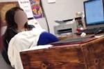 Ibu Guru Menyusui di Dalam Kelas (dailymail.com)