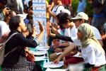 Warga belajar bahasa isyarat dibantu sukarelawan saat car free day di Jakarta beberapa waktu lalu. terjun di bidang aktivitas sosial atau berhubungan dengan orang lain bisa membantu membangkitkan rasa bahagia. (JIBI/Bisnis Indonesia/Dwi Prasetya)