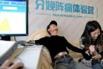 Relawan laki-laki menjajal alat simulasi melahirkan (Dailymail)