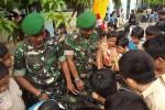 Begini Keakraban Anggota TNI dan Pelajar
