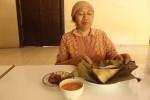 Padmi menyajikan sompil yang merupakan makanan khas Kecamatan Patuk. (JIBI/Harian Jogja/Kusnul Isti Qomah)