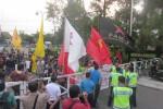Puluhan mahasiswa mencoba menerobos masuk ke kawasan Kampus UGM untuk menggalang massa, Sabtu (22/11/2014) sore. (JIBI/Harian Jogja/Sunartono)