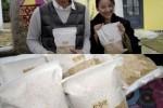 Lee Hyori beserta suami memperlihatkan produk kacang organik yang diproduksi dan dijual secara langsung (AllKpop)eeHyori