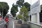 Warga melintas di depan Kantor Kelurahan Prenggan, Kecamatan Kotagede, Kota Jogja, Selasa (25/11/2014). Kelurahan tersebut menjadi percontohan implementasi pencegahaj korupsi oleh KPK. (JIBI/Harian Jogja/Uli Febriarni)