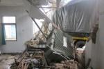Truk tronton menabrak sebuah kamar di area RM Candi Sambisari di Jalan Solo Km 14 Tirtomartani, Kalasan, Sleman, Jumat (28/11/2014). Lakalantas itu terjadi truk diseruduk Bus Mira Jurusan Surabaya - Jogja. (JIBI/Harian Jogja/Sunartono)