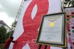 Mahasiswa antusias menempelkan pita untuk membuat rangkaian pita HIV/AIDS raksasa. (JIBI/Harian Jogja/Humas UMY)