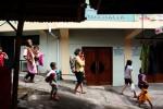 Sejumlah warga kembali dari pengungsian saat air banjir telah surut dalam sebuah simulasi bencana alam banjir di Kampung Warungboto, Umbuharjo, Yogyakarta, Minggu (16/11/2014). Kampung itu berbatasan langsung dengan sungai Gajah Wong yang memiliki potensi banjir cukup besar saat memasuki musim penghujan, meski terakhir diterjang banjir tahun 1984 nanum kesiapsiagaan warga terhadap ancaman bencana banjir terus dibangun bersama BPBD Kota Yogyakarta melalui latihan dan sumulasi secara berkala. (JIBI/Harian Jogja/Desi Suryanto)