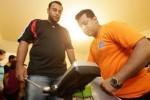 Seorang petugas (kanan) mengukur berat badan peserta Your Weight in Gold di Dubai, Uni Emirat Arab. Foto dirilis Senin (24/11/2014). (Odditycentral.com)