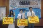 Pratika Rizki Dewi (paling kiri), siswi SMAN 2 Solo yang juga personel Wartawan Siswa (Wasis) Solopos saat sesi penyerahan hadiah dalam lomba esai sejarah tingkat nasional di Universitas Negeri Semarang (Unnes) belum lama ini. (Istimewa)
