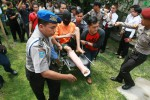 Tersangka Joko Priyatno menggunakan kursi roda diusung dan dikawal ketat oleh petugas kepolisian menuju tempat kejadian perkara untuk melakukan rekonstruksi kejadian pembunuhan yang ia lakukan di Perum Puri Dukuh Asri, Gedongkiwo, Mantrijeron, Yogyakarta, Kamis (27/11/2014). Pelaku melakukan 18 adegan rekontokstruksi saat membunuh janda beranak tiga, Ermina Susi Widya Artanti dengan menggunakan linggis dan mengambil sejumlah perhiasan dan telepon genggam korban. Tersangka diancam dengan pasal 340 tentang pembunuhan berencana, pasal 338 tentang pembunuhan, 365 tentang pencurian dan pasal 351 penganiayan yang menyebabkan korban tewas, ancaman hukuman maksimal bagi pelaku adalah hukuman mati. (JIBI/Harian Jogja/Desi Suryanto)