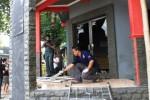 Aparat Polresta Solo melakukan olah tempat kejadian perkara kasus penyerangan sekretariat Dewan Pimpinan Pusat (DPP) Barisan Muda Indonesia (BMI) di Jl. Popda II, Nusukan, Banjarsari, Solo, Jawa Tengah, Senin (17/11/2014). Sekitar tengah hari, kantor itu diserang sekitar 20 pemuda yang menurut saksi mata mengenakan busana beridentitas Perguruan Silat Persaudaraan Setia Hati Teratai (PSHT). (Sunaryo Haryo Bayu/JIBI/Solopos)