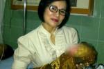Penasihat AT, Asri Purwanti menggendong bayi AT yang dilahirkan Selasa (25/11/2014). (Istimewa)