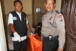 Polisi membawa jasad korban usai melakukan olah Kejadian Tempat Perkara (TKP) di Hotel Mutiara Indah Boyolali. Jumat (14/11/2014). (Irsyam Faiz/JIBI/Solopos)