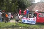 Sejumlah warga Desa Cabeyan, Kecamatan Bendosari dan Desa Juron, Kecamatan Nguter, Sukoharjo mendemo tempat peternakan ayam di Cabeyan, Kamis (27/11/2014). (Iskandar/JIBI/Solopos)
