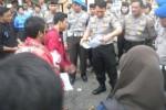 Kapolres Sukoharjo, AKBP Andy Rifai memeriksa surat dari mahasiswa saat demo di depan Mapolres Sukoharjo, Senin (24/11/2014). (Iskandar/JIBI/Solopos)