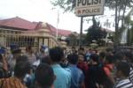 Sejumlah mahasiswa menggelar aksi di depan Mapolres Sukoharjo, Senin (24/11/2014). (Iskandar/JIBI/Solopos)