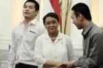 Menteri Luar Negeri Retno L.P.Marsudi (tengah) berjabat tangan dengan Dharry Hiu (kanan) dan Frans Hiu (kiri) di Kantor Kemenlu, Jakarta, Kamis (20/11/2014). Frans dan Dharry Hiu merupakan warga negara indonesia (WNI) yang berhasil dibebaskan dari hukuman mati di Malaysia. (JIBI/Solopos/Antara/Suwandy)