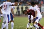 Pemain Timnas Indonesia Gonzales dihadang sejunlah pemain Malaysia. JIBI/Antara