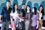 Para pemeran film remaja Ada Apa Dengan Cinta (dari kiri ke kanan) Nicholas Saputra, Titi Kamal, Adinia Wirasti, Dian Satrowardoyo, Ladya Cerril, dan Sissy Priscillia berfoto bersama seusai hadir dalam konfrensi pers peluncuran platform chatting Line di Jakarta, Rabu (5/11/2014) . Para pemeran film AADC tersebut kembali berkerja sama untuk sebuah iklan fitur aplikasi terbaru Line berjudul Find Alumni. (JIBI/Solopos/Antara/Teresia May)