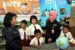 Chief of HRGS and Corporate Communication Antv Risya Maharmila (kedua dari kanan) berbincang-bincang dengan Kepala Sekolah SD Perguruan Rakyat 2 Kampung Melayu Jakarta Nuryati (kiri), disaksikan siswa di sela-sela penyerahan bantuan buku tulis dan cerita anak di sekolah rawan banjir tersebut, Selasa (25/11/2014). Bantuan tersebut diserahkan untuk membantu meningkatkan minat baca masyarakat Indonesia yang pada tahun 2012 menurut Badan Pusat Statistik hanya 17,66%. (Dwi Prasetya/JIBI/Bisnis)