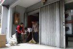 Karyawan membersihkan batu dan kaca ruang automatic teller machine (ATM) Bank OCBC NISP yang pecah di Jl. Piere Tendean, Nusukan, Solo, Jawa Tengah, Selasa (18/11/2014). Perusakan yang terjadi Senin (17/11/2014) malam tersebut diduga merupakan kelanjutan dari insiden penyerangan sekretariat Dewan Pengurus Pusat (DPP) Barisan Muda Indonesia (BMI) yang letaknya tidak jauh dari lokasi kejadian. (Septian Ade Mahendra/JIBI/Solopos)