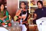Fashion desainer Samuel Watimena (tengah) bersama Performing Manager Teater Koma Sari Majid (kiri) dan Produser Musik Aradea Barananda tampil sebagai pembicara dalam Brainstorming Kreatif Masyarakat Solo di The Sunan Hotel, Solo, Jawa Tengah, Sabtu (22/11/2014). Acara tersebut merupakan ajang pertemuan dan pembahasan industri kreatif di Kota Solo. (Sunaryo Haryo Bayu/JIBI/Solopos)