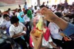 Narapidana wanita menunjukkan kerajinan tangan hasil karyanya saat kunjungan ibu-ibu anggota Dharma Wanita Persatuan Kota Solo di Rutan Kelas 1A, Solo, Jawa Tengah, Kamis (27/11/2014). Kunjungan ibu-ibu anggota Dharma Wanita tersebut untuk memberikan pelatihan keterampilan membuat komoditi suvenir siap jual. (Reza Fitriyanto/JIBI/Solopos)
