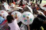 Anak-anak mengikuti Workshop Melukis Payung di Taman Balekambang, Solo, Jumat (28/11/2014). Wokshop melukis dengan media payung tersebut diprakarsai oleh Red Batik Solo sekaligus untuk memeriahkan Festival Payung Indonesia 2014. (Reza Fitriyanto/JIBI/Solopos)