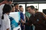 Direktur PT Garuda Indonesia Erik Meijer (kanan) berbincang-bincang dengan siswa siswi berprestasi di sela-sela peluncuran program apresiasi bagi siswa berprestasi di Jakarta, Selasa (18/11/2014). Program apresiasi tersebut dilaksanakan melalui pemberian kartu Garuda Miles Junior edisi khusus bagi siswa yang berprestasi dari kelas I hingga kelas VI di wilayah Jakarta, Tangerang, dan Bekasi yang memiliki prestasi akademik peringkat I sampai III di kelas masing-masing. (Rahmatullah/JIBI/Bisnis)