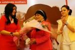 SVP & Head of Card Business HSBC Indonesia Fransisca K. Arnan (kanan) menyaksikan artis Titi Kamal (kiri) memberikan bunga kepada ibundanya, Elly Rosniati, di sela-sela acara pemaparan program HSBC Let's Celebrate Mothers' di Jakarta, Senin (24/11/2014). Untuk menyambut Hari Ibu 2014 yang jatuh setiap tanggal 22 Desember, kartu kredit HSBC menggelar program HSBC Let's Celebrate Mothers' yang menyediakan lebih dari 500 penawaran yang dapat digunakan nasabah untuk memeberikan hadiah istimewa bagi ibu, termasuk kesempatan memenangkan wisata ke Jepang. (Abdullah Azzam/JIBI/Bisnis)