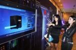 Pengunjung melihat salah satu produk Huawei seusai pembukaan Huawei Enterprise ICT Carnival 2014, di Jakarta, Rabu (19/11/2014). Pada acara yang berlangsung Rabu-Kamis (19-20/11/2014) dan dihadiri para mitra bisnis lokal ini, Huawei penyedia jasa untuk solusi teknologi informasi dan komunikasi, memperkenalkan wawasan mengenai industri vertikal dan teknologi terdepan saat ini, termasuk data center, server and storage, eLTE, komunikasi dan kolaborasi terpadu, jaringan dan kemanan. (Nurul Hidayat/JIBI/Bisnis)