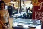 Kartika, penjaga stan pameran perhiasan membagikan brosur kepada para pengunjung di Atrium Solo Square, Solo, Jawa Tengah, Rabu (19/11/2014). Berbagai perhiasan dengan harga terjangkau dipamerkan di tempat tersebut. (Sunaryo Haryo Bayu/JIBI/Solopos)