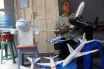 Sudarmaji, 55, warga Debegan, Mojosongo, Solo, Jawa Tengah membuat miniatur pesawat terbang komersial dari bahan styrofoam di rumahnya, Jumat (28/11/2014). Replika pesawat terbang dari styrofoam bekas pakai itu dipesan oleh kolektor dari beberapa daerah, seperti Jakarta, Makasar,dan Nusa Tenggara Barat. (Sunaryo Haryo Bayu/JIBI/Solopos)
