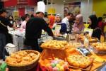 Pengunjung melihat produk makanan saat digelar pameran Interfood Indonesia Expo di Jakarta International Expo (JI Expo), Kemayoran, Jakarta, Rabu (12/11/2014). Pameran yang berlangsung Rabu-Sabtu (12-15/11/2014) tersebut menyajikan aneka produk kuliner bertaraf internasional yang diikuti oleh perusahaan dalam dan luar negeri. (Alby Albahi/JIBI/Bisnis)