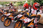 Sejumlah pembalap bersiap memacu sepeda motor Honda Blade 125 saat mengikuti seleksi Jadilah Juara Bersama Blade 1 (JJBB) di Sirkuit Stadion Manahan, Solo, Jawa Tengah, Jumat (28/11/2014). Pembalap yang lolos dalam seleksi itu akan dikirim untuk berlaga di JJBB tingkat selanjutnya di Semarang. (Sunaryo Haryo Bayu/JIBI/Solopos)