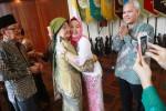 Rektor Universitas Gadjah Mada (UGM) yang baru terpilih Dwikorita Karnawati (kedua kanan) mendapat ucapan selamat dari ibu serta ayahnya (kiri) seusai pergantian jabatan Rektor UGM di Balai Senat UGM, Kampus Bulaksumur, Jogja, Senin (24/11/2014). Pergantian jabatan rektor UGM itu dilakukan karena Pratikno selaku rektor sebelumnya dipilih Presiden Joko Widodo menjadi Menteri Sekretaris Negara dalam Kabinet Jokowi-JK. (Gigih M. Hanafi/JIBI/Harian Jogja)