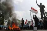 Mahasiswa yang tergabung dalam Aliansi Mahasiswa Soloraya (AMS) melakukan aksi unjuk rasa di kawasan Gladag, Solo, Jawa Tengah, Selasa (18/11/2014). Demonstran yang mengusung aneka bendera sebagai cerminan asal aliansi mereka itu memprotes kenaikan harga bahan bakar minyak (BBM) yang diumumkan Presiden Joko Widodo, Senin (17/11/2014) malam. (Septian Ade Mahendra/JIBI/Solopos)