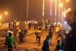 Mahasiswa dan warga Jl. Pampang, Makassar, Sulawesi Selatan bentrok dengan polisi yang dibantu warga di jembatan layang setempat, Selasa (18/11/2014) malam. Secara bersamaan di sejumlah tempat di Makassar, Selasa malam itu, terjadi bentrokan antara mahasiswa melawan warga, serta mahasiswa bersama warga melawan aparat kepolisian. Bentrokan itu membuntuti protes kenaikan harga bahan bakar minyak (BBM) yang dilakukan sebagian warga di sejumlah titik Kota Makassae. (Paulus Tandi Bone/JIBI/Bisnis)