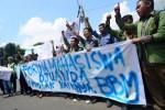 FOTO KENAIKAN HARGA BBM : Forum Mahasiswa Djuanda Demo di Pintu Tol