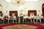 """Presiden Joko Widodo (tengah) didampingi Wakil Presiden Jusuf Kalla dan para menteri Kabinet Kerja mengumumkan harga baru BBM bersubsidi—yang disebut Presiden sebagai """"harga BBM baru""""—di Kompleks Istana Kepresidenan Jakarta, Senin (17/11/2014) malam. Turut tampil saat pengumuman itu Mendikbud Anies Baswedan, Mendagri Tjahjo Kumolo, dan sejumlah menteri bidang ekonomi yang sebagian besar mengenakan seragam kemeja putih. (JIBI/Solopos/Antara/Andika Wahyu)"""