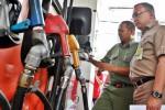 Direktur Niaga dan Pemasaran PT Pertamina Hanung Budya (kanan) berbindang-bindang dengan konsumen saat melakukan inspeksi mendadak (sidak) di sebuah stasiun pengisian bahan bakar umum (SPBU) di Surabaya, Jawa Timur, Kamis (6/11/2014). Kegiatan tersebut dilakukan untuk memastikan pasokan BBM aman, serta memantau respons masyarakat apabila harga bahan bakar minyak (BBM) jadi dinaikkan oleh pemerintah pimpinan Presiden Joko Widodo. (Wahyu Darmawan/JIBI/Bisnis)