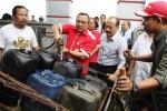 Direktur Pemasaran dan Niaga PT Pertamina Hanung Budya (tengah) mengisikan bahan bakar minyak (BBM) solar ke dalam drum selepas memperkenalkan kartu BBM bersubsidi untuk nelayan di kampung nelayan, Cilincing, Jakarta, Selasa (25/11/2014). Pertamina memperkenalkan kartu subsidi BBM bagi nelayan itu guna memastikan BBM bersubsidi sampai tepat sasaran di tangan nelayan. (Endang Muchtar/JIBI/Bisnis)