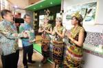 Deputi Menko Pembangunan Manusia dan Kebudayaan Bidang Koordinasi Penanggulangan Kemiskinan dan Pemberdayaan Masyarakat Wahnarno Hadi (kedua dari kiri) didampingi Ketua Umum Corporate Forum for Community Development (CFCD) Suwandi (kiri) berbincang-bincang dengan peserta pameran di ajang Konferensi Nasional IV CFCD dari PT Kideco seusai meresmikan pembukaan konferensi itu di Jakarta, Rabu (26/11/2014). Konferensi CFCD 2014 tersebut digelar sesuai dengan misi CFCD, yakni membangun kesadaran dan komitmen perusahaan dalam menyelenggarakan tanggung jawab sosial perusahaan (corporate social responsibility/CSR) dalam upaya bersama memberdayakan masyarakat secara berkelanjutan. (Nurul Hidayat/JIBI/Bisnis)