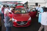 Pengunjung pameran melihat mobil All New Mazda 2 yang diperkenalkan di Makassar, Rabu (26/11/2014). Corporate Planning Director PT Mazda Indonesia Motor Taku Yamafuji didampingi Presiden Direktur Mazda Makassar Erick Tandiawan yang langsung meluncurkan mobil terbaru Mazda itu di Sulawesi Selatan. (Paulus Tandi Bone/JIBI/Bisnis)